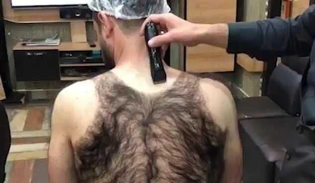 «Его мамка связала, а не родила»: парикмахер побрил сверхволосатого клиента