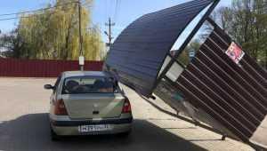 В Комаричах ветер опрокинул автобусную остановку на автомобиль