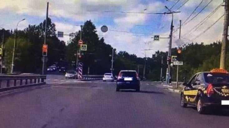В Брянске водителя Honda наказали по видео за проезд на «красный»