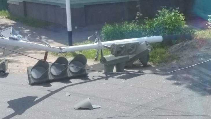 В Новозыбкове автокран свалил светофор