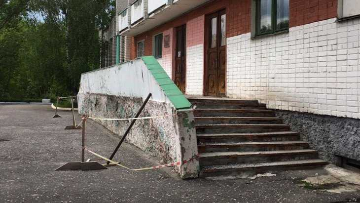 Вход в бывший санаторий «Деснянские зори» стал опасен для посетителей