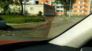 В 5 микрорайоне Брянска сняли видео канализационного потопа