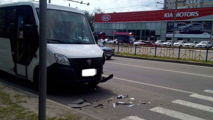 На проспекте Станке Димитрова в Брянске столкнулись маршрутка и «Волга»
