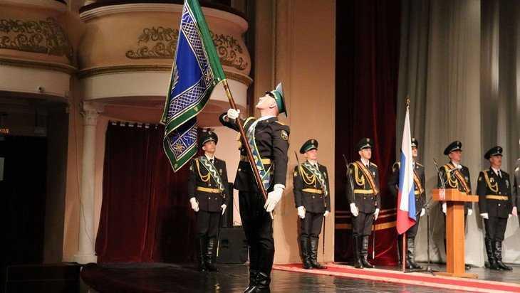 Дмитрий Аристов вручил брянским судебным приставам знамя