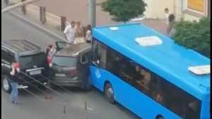 В Брянске на проспекте Ленина «Фольксваген» попал в «коробочку»