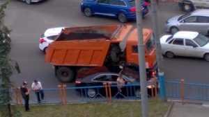 В Брянске на «Самолёте» «КамАЗ» прижал легковушку к ограждению