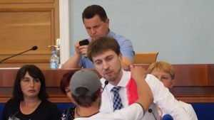 Маразм крепчал: депутату на трибуне вручили женские трусы