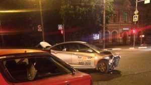 В Брянске возле БУМа произошло ДТП с участием «Городского такси»