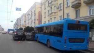 В Брянске в ДТП с двумя иномарками и автобусом ранена женщина