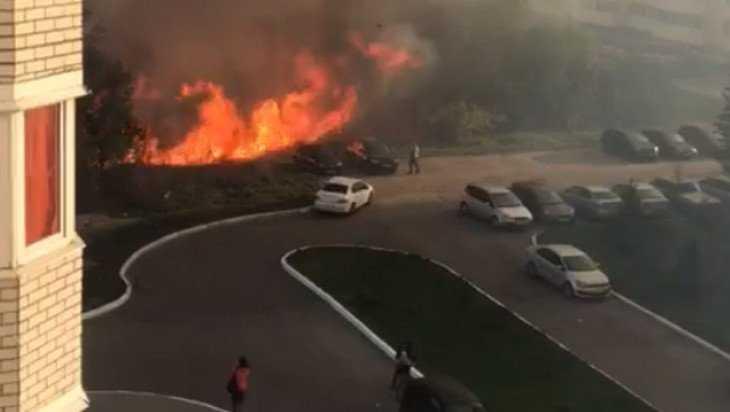 Десятки машин едва не сгорели в Брянске во время крупного пожара