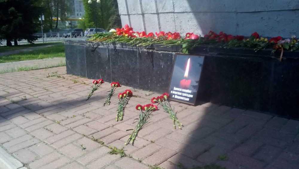Брянцы принесли к «Самолету» цветы в память о погибших в Шереметьеве