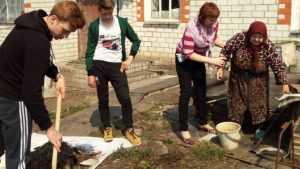 Брянские школьники навели порядок во дворах домов ветеранов войны