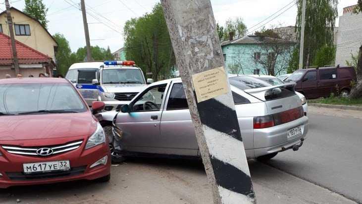 В Брянске на улице Фрунзе столкнулись легковушки