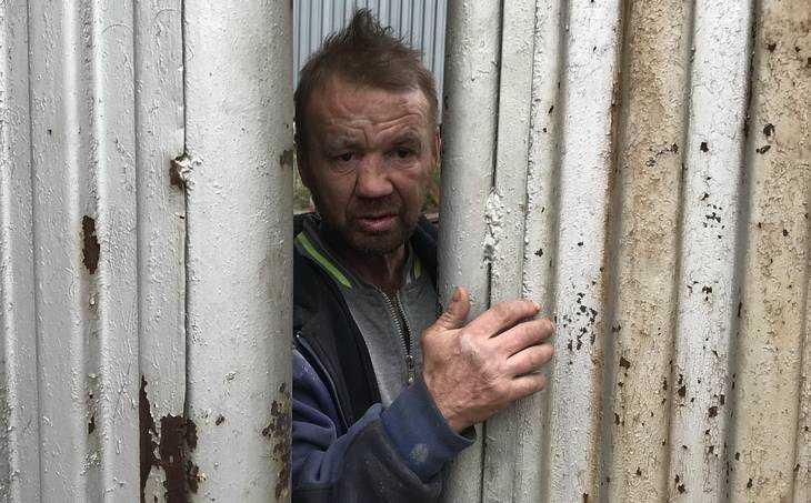 Брянского бомжа злые силы перекинули через забор в бараночный цех