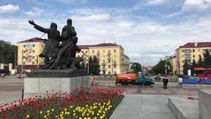 В Брянске накануне 9 Мая помыли площадь Партизан