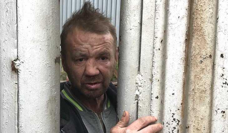 В переброшенном через забор брянском бомже узнали Шнура