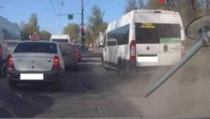 В Брянске маршрутчика оштрафовали за езду по обочине