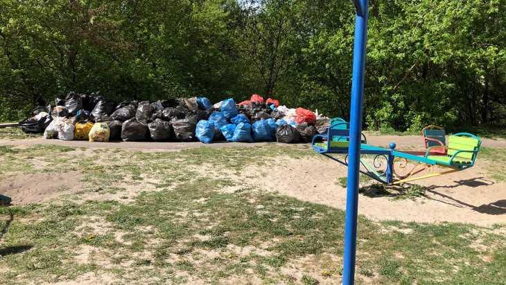 Из брянских дворов до сих пор не вывезли собранный на субботнике мусор
