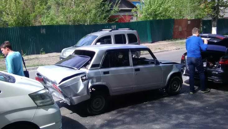 В Брянске у памятника Артиллеристам столкнулись три машины