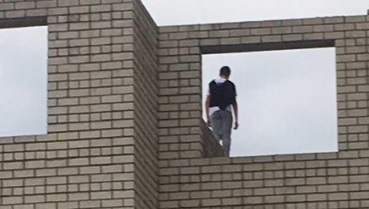 В Брянске опасный долгострой в Мичуринском микрорайоне облюбовали дети