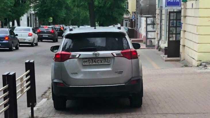 Брянского водителя растерзали за стоянку на тротуаре возле УМВД