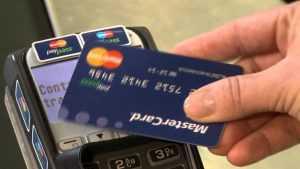 Жительница Брянска три дня расплачивалась в магазине картой пенсионера