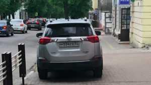 В Брянске водителя оштрафовали за стоянку на тротуаре возле УМВД
