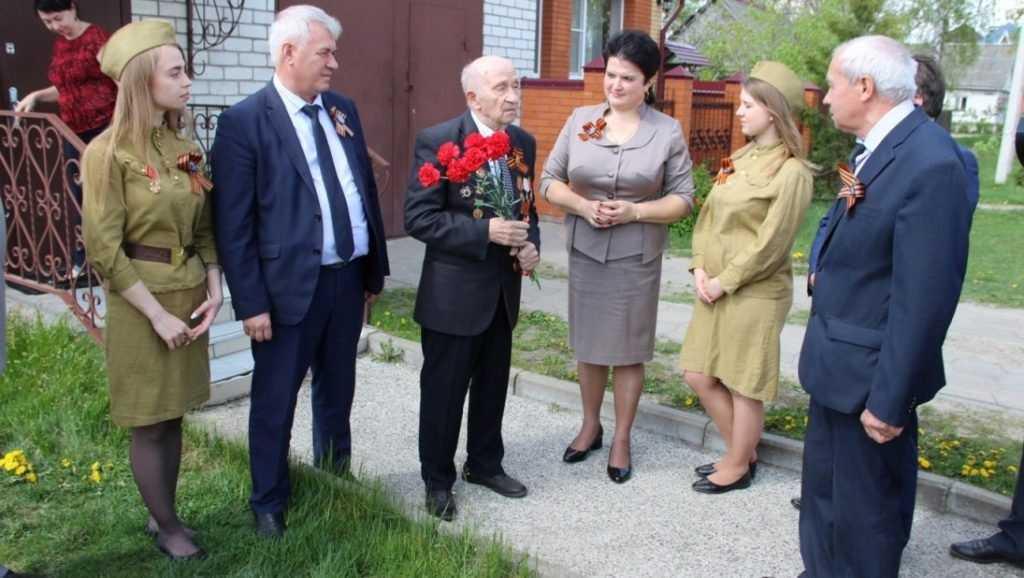 Брянские железнодорожники поздравили ветеранов с Днем Победы