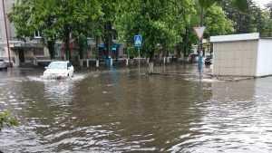 В Брянске сильный ливень вызвал потоп на улице Куйбышева