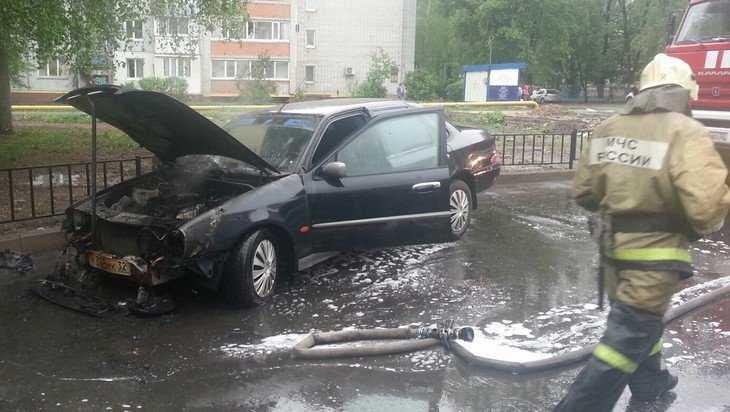 В центре Брянска сняли видео горящей иномарки