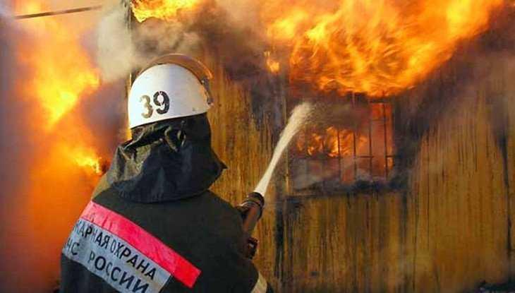 В Унече огнеборцы за полтора часа потушили горевшую постройку