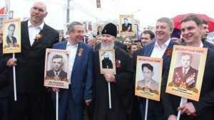 Губернатор Богомаз с сыновьями прошли в строю «Бессмертного полка»