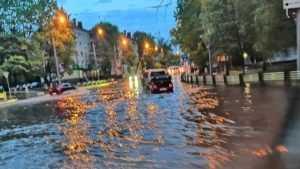 В Брянске после сильного дождя затопило улицу Дуки