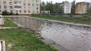 В Брянске дорога на Одесской возле школы №58 превратилась в реку