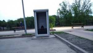 Брянцы посмеялись над туалетом без двери на набережной