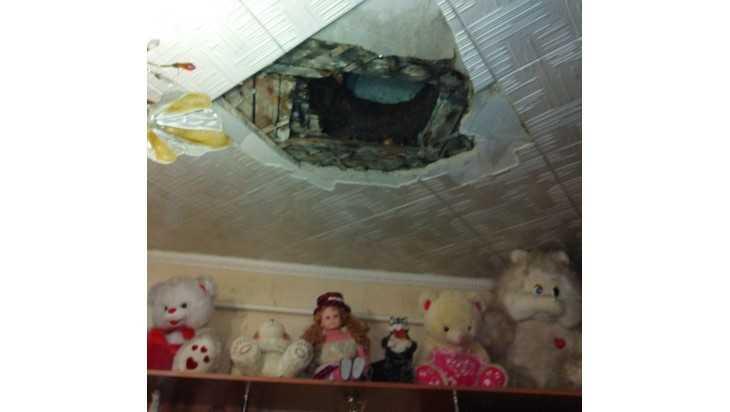 В брянской квартире из-за протекшей крыши рухнул потолок