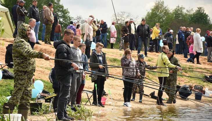 Лидер брянских единороссов Попков наградил самого удачливого рыбака