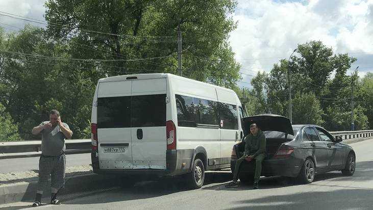 В Брянске после ДТП грустный владелец «Мерседеса» залез в багажник