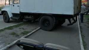 Брянцы передрались из-за грузовика на тротуаре и невидимых чиновников