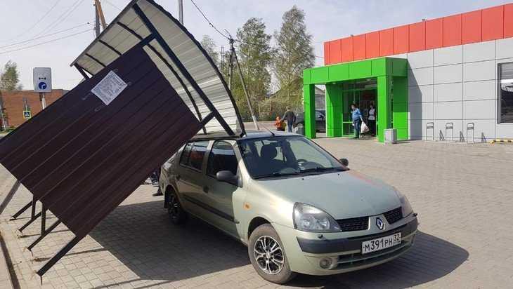 Упавшая в Комаричах на машину остановка стала военным объектом