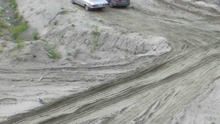 Под Жуковкой песком и глиной засыпали опасное черное озеро