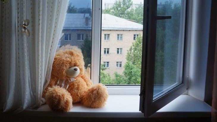 Брянцам напомнили о случаях падений детей из открытых окон