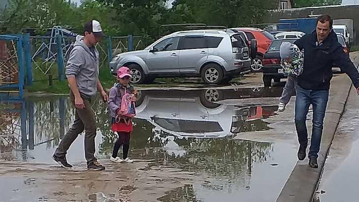 Жители Ивота в детсад за малышами будут ходить в рыбацких сапогах