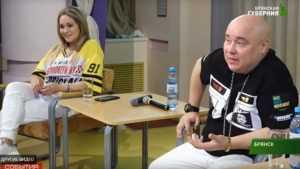 Певец Джокер посидел на брянских качелях и поговорил со студентами
