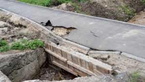 В Бытоши первый же ливень разрушил новый долгожданный тротуар