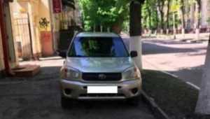В Брянске водителя Toyota оштрафовали за стоянку на тротуаре