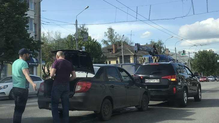 В Брянске протаранили автомобиль с некрасивым номером 001