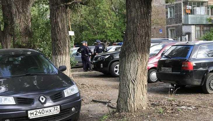 Брянские сотрудники ГИБДД: За стоянку на газонах не можем штрафовать