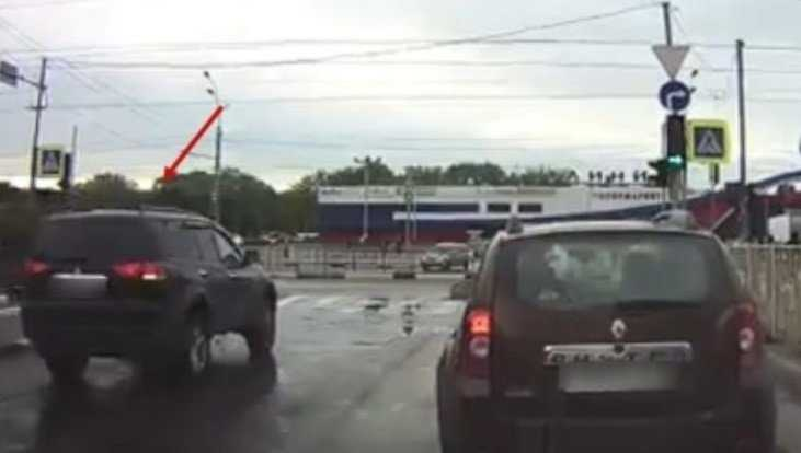 В Брянске водителя Mitsubishi наказали по видео за гонки по встречной полосе