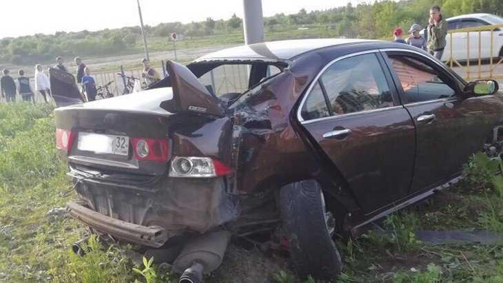 В Брянске опубликовали видео о ДТП с вылетевшей на газон иномаркой